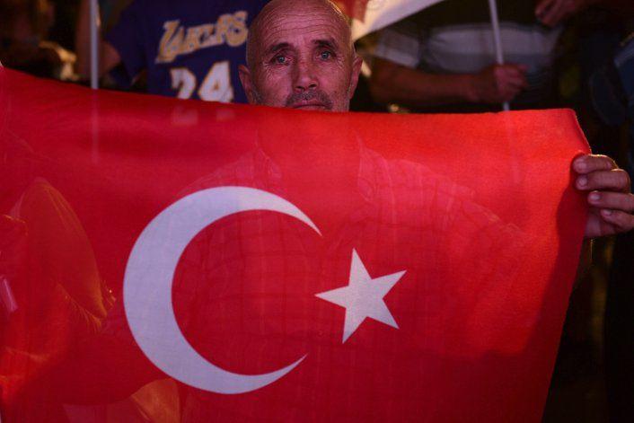 Político de línea dura gana elecciones turcochipriotas