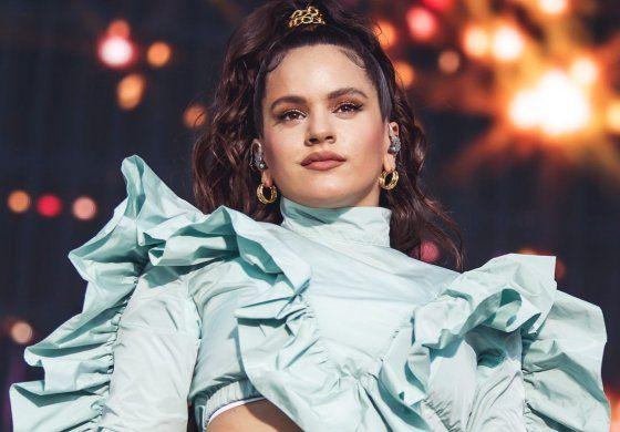 Rosalía se muestra muy sensual modelando un minivestido deportivo