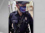 la policia de la ciudad de miami sancionara a un oficial fotografiado con una mascara pro-trump dentro de un lugar de votacion