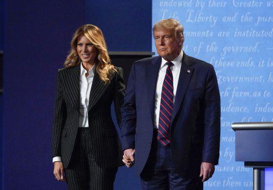 Melania Trump no acompañará al presidente a mitin por tos
