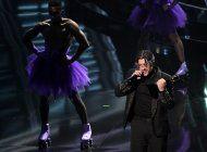 maluma inaugura premios billboard, artistas usan tapabocas
