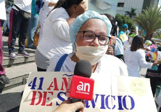 Enfermeros protestan a las afueras de la sede de la ONU en Caracas