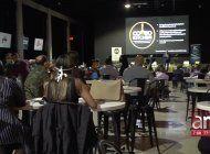 panel de discusion entre duenos de restaurantes y politicos de miami