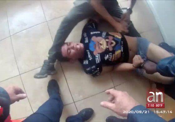 La policía dio a conocer las imágenes del arresto de un joven en su vivienda localizada en Opa-locka