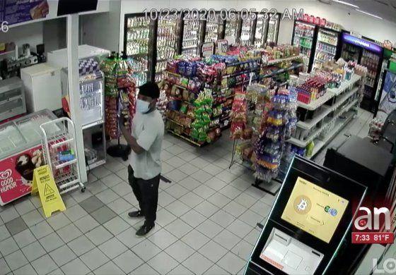 Captado en cámara robo a mano armada de gasolinera