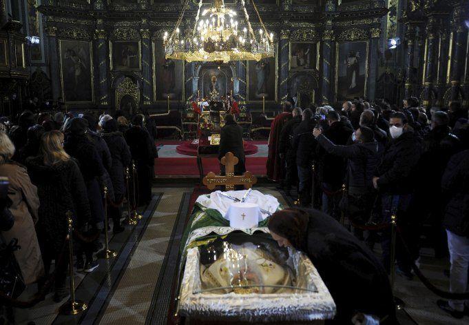 Miles acuden a funeral de líder religioso en Serbia