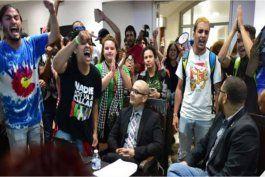 estudiantes que irrumpieron reunion de junta de gobierno podrian ser arrestados