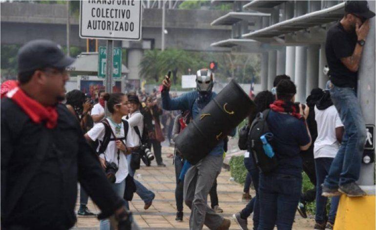 Buscan aumentar penas a personas que usen disfraces en protestas