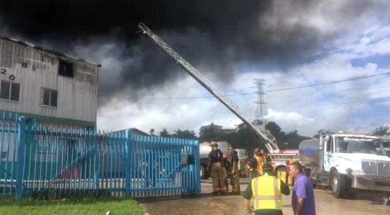 Incendio consume almacén de muebles en Guaynabo | Puerto Rico, Radio ...