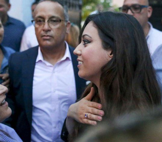 Beatriz Rosselló sale de La Fortaleza para agradecer a seguidores de su esposo