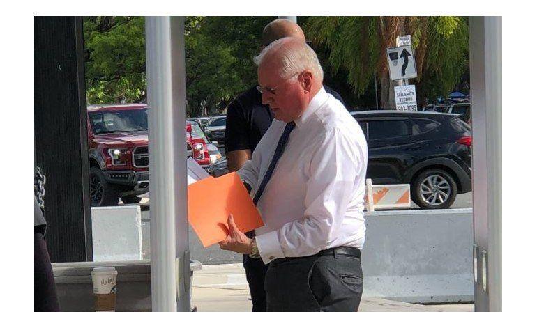 Exdirector AEE comparece ante gran jurado