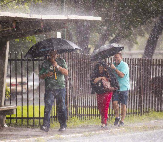 El paso de una onda tropical débil provocará aguaceros y tronadas