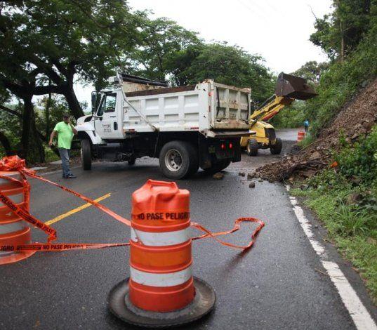 Karen produce derrumbes en varias carreteras del país y deja a miles sin luz