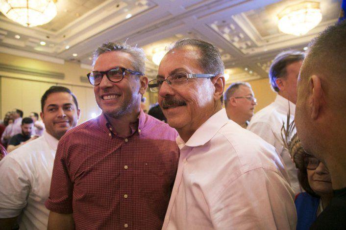 El precandidato a la gobernación Juan Zaragoza (derecha) comparte con el exgobernador Alejandro García Padilla.