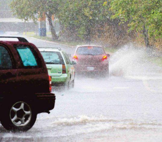 Pronostican fuertes tronadas y aguaceros para la tarde