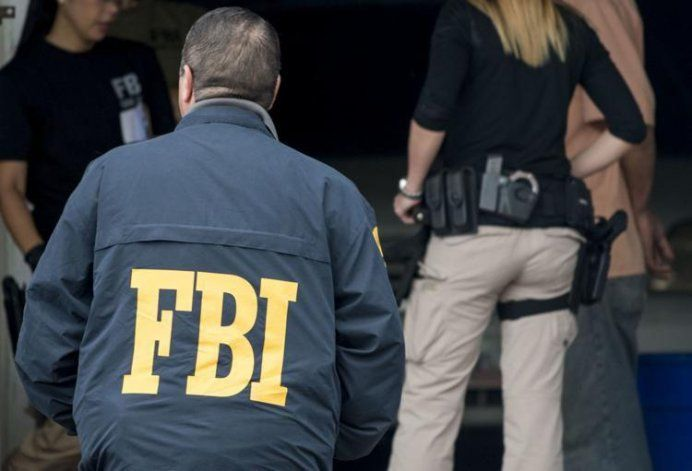 FBI arresta a mujer policía