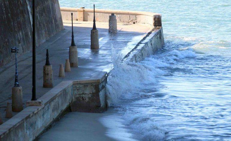 Una fuerte marejada del norte provocará olas rompientes de 14 pies