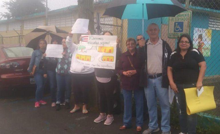 Varias escuelas públicas amanecen con padres y madres en protesta por inspecciones