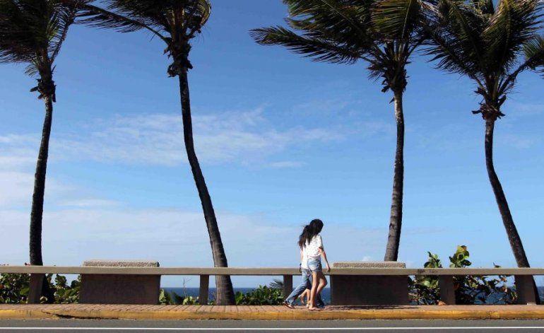 Una alta presión mantiene una fuerte ventolera de hasta 25 millas por hora en toda la isla