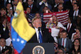 a horas de dejar la casa blanca, trump suspendio por 18 meses las deportaciones de venezolanos