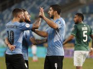 uruguay se reconcilia con el gol ante bolivia y clasifica