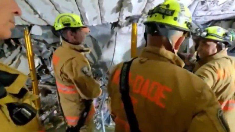 Difícil misión de rescatar sobrevivientesdel edificio Champlain Tower en Surfside