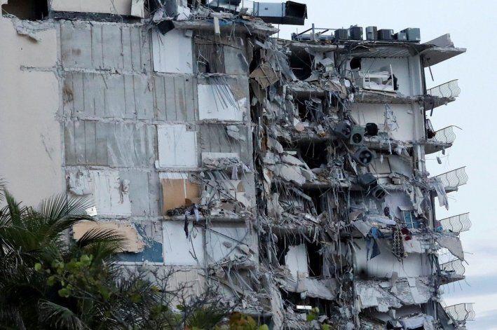 Un edificio se derrumbó al norte de Miami Beach este jueves. (AP)
