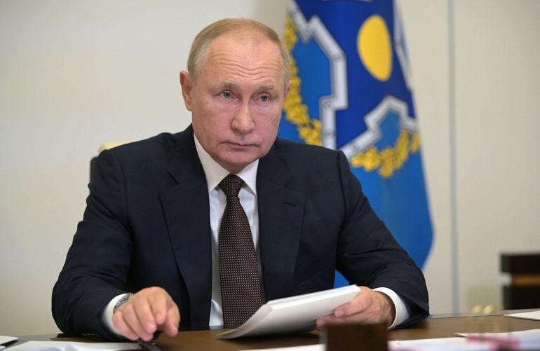 Putin reporta docenas de casos de COVID-19 en su entorno