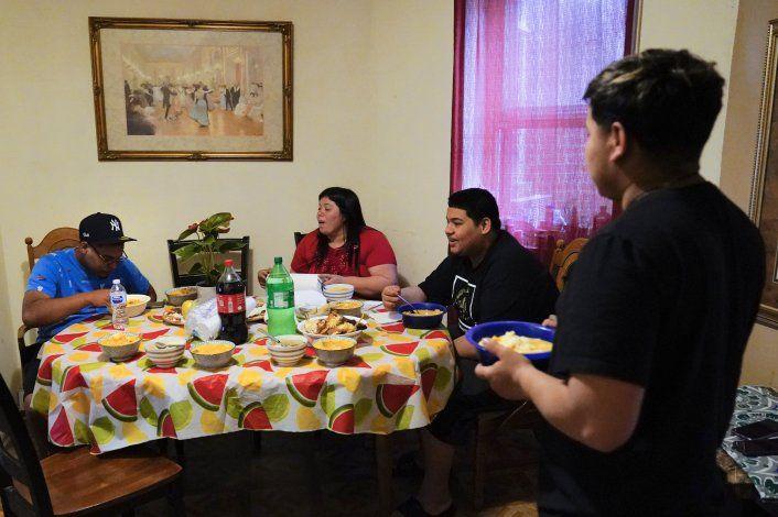 Alivio y desafíos para familia migrante reunificada en EEUU