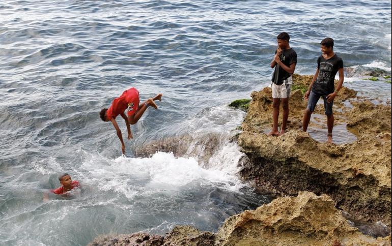 Pese a la crisis económica el Gobierno cubano multa a 1.700 personas en La Habana por bañarse en la playa