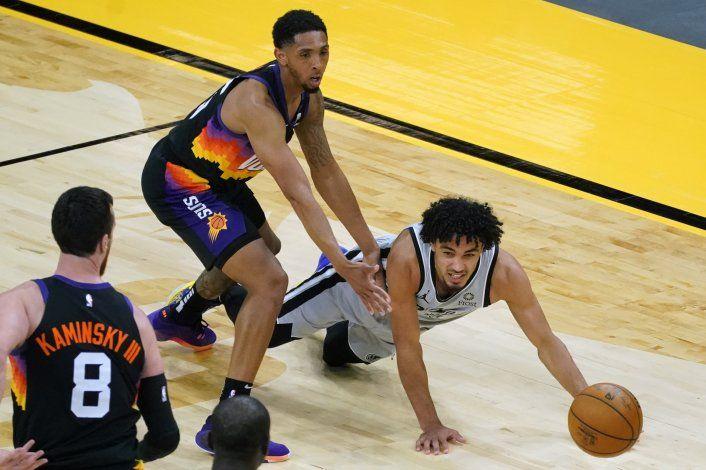 Spurs apalean a Suns y les cortan racha en Phoenix