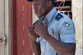 los policias en cuba ganaran mas que los medicos
