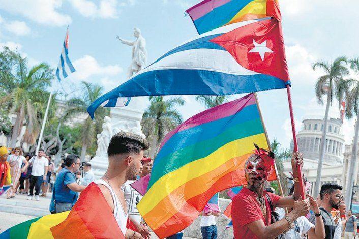 Convocan a besada frente a ICRT por censura de escena gay en la TV cubana