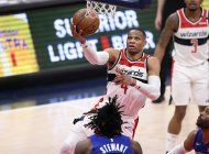 con triple-doble de westbrook, wizards arrollan a pistons
