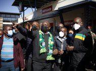 presidente de sudafrica visita zona devastada por disturbios