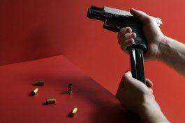 detona su arma para asustar a un hombre que intentaba entrar a su casa a robar en bayamon