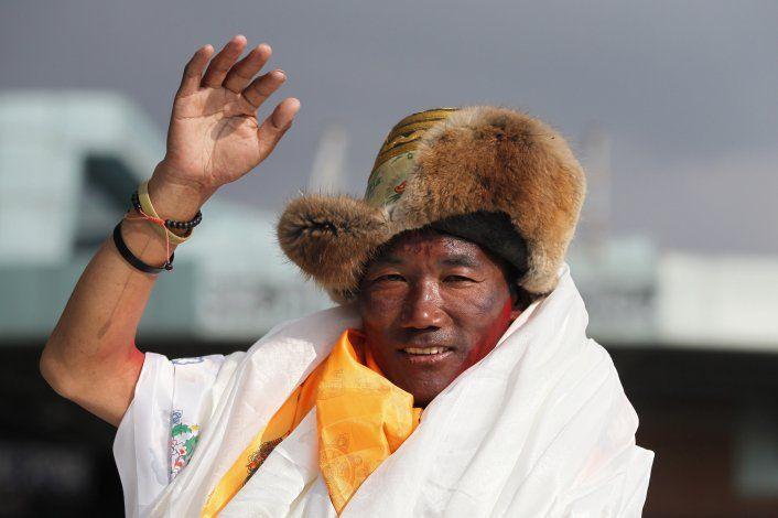 Guía sherpa impone récord al escalar el Everest por 25ta vez