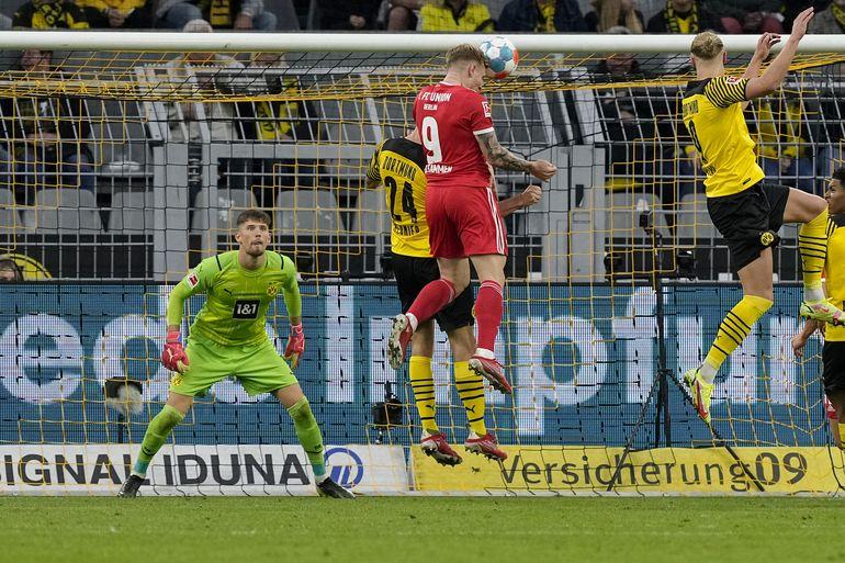 Dortmund golea, pero paga caro la fragilidad de su defensa