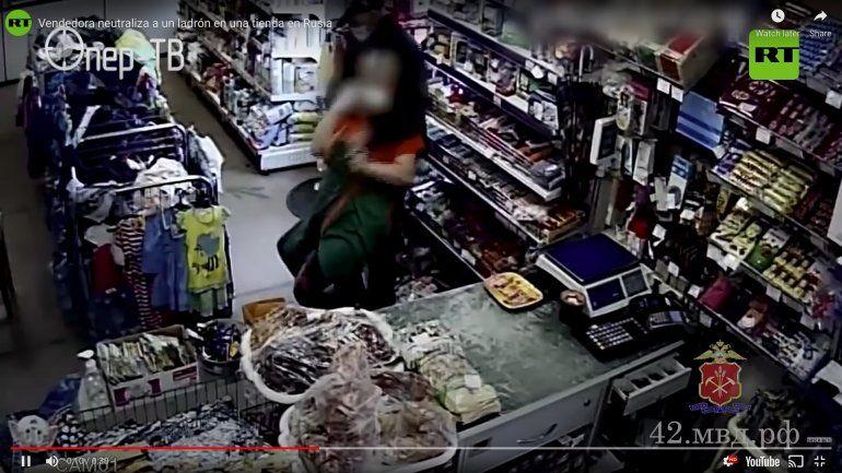 Un ladrón pone una navaja en el cuello a una tendera rusa y esta lo tumba de inmediato