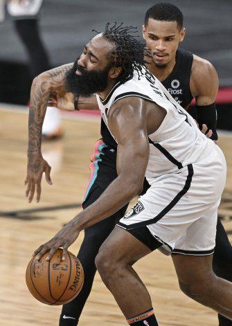 Triple-doble de Harden impulsa a Nets sobre Spurs