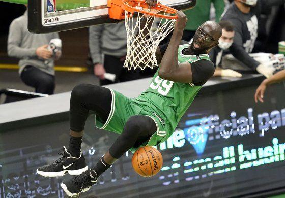 Celtics juegan al fin y aplastan a Magic