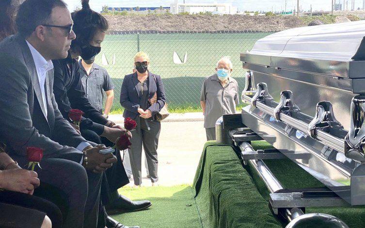 Familiares y amigos le dan el último adiós a Leonila Hernández Sánchez, esposa del empresario, y actor cubanoTony Cortés