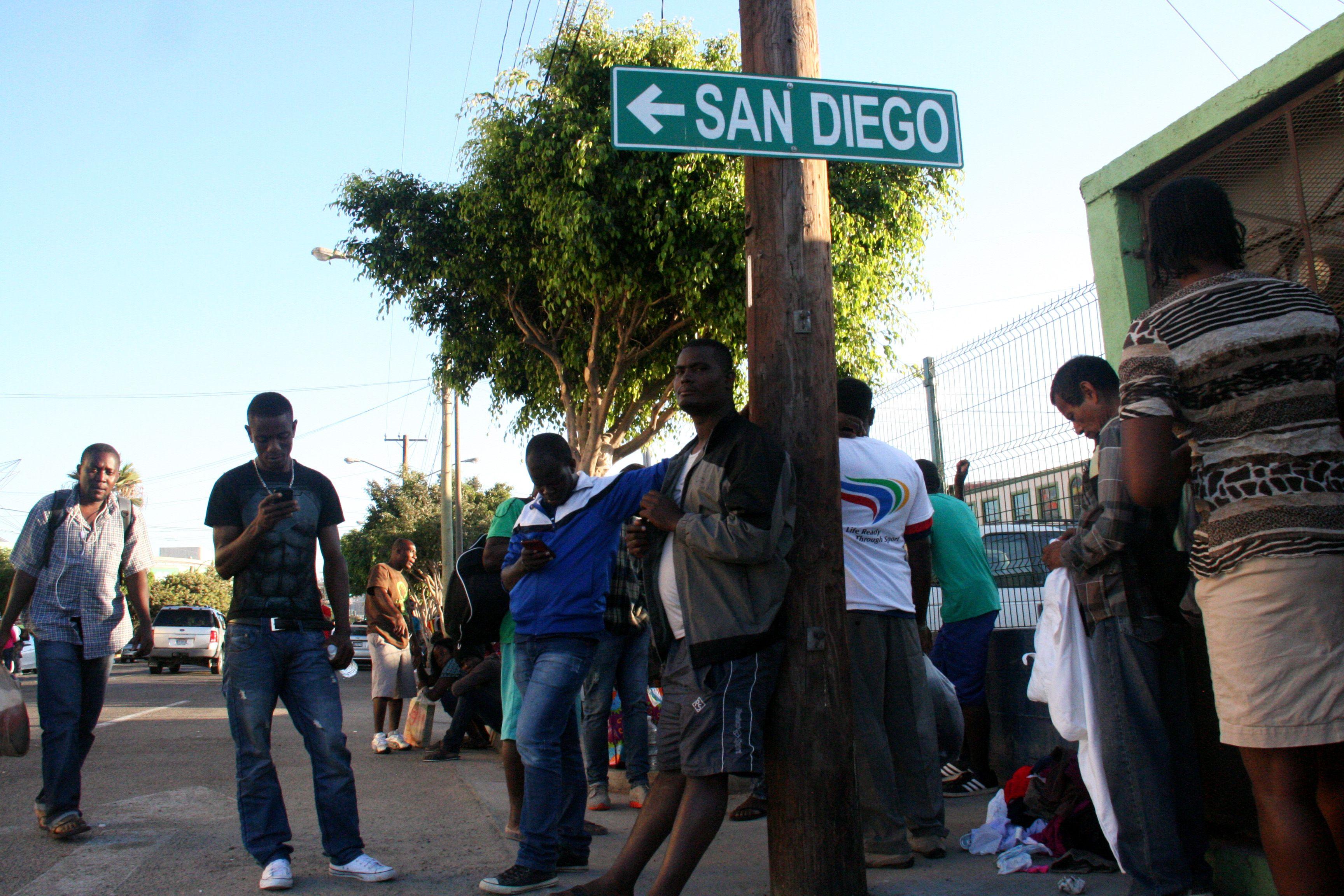 mexico/eeuu.- miles de migrantes haitianos esperan frente a la frontera entre mexico y estados unidos