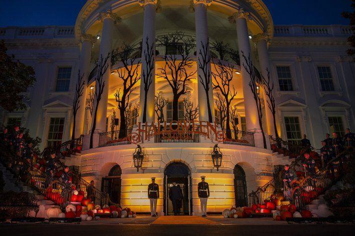Casa Blanca recibe a niños para Halloween con precauciones