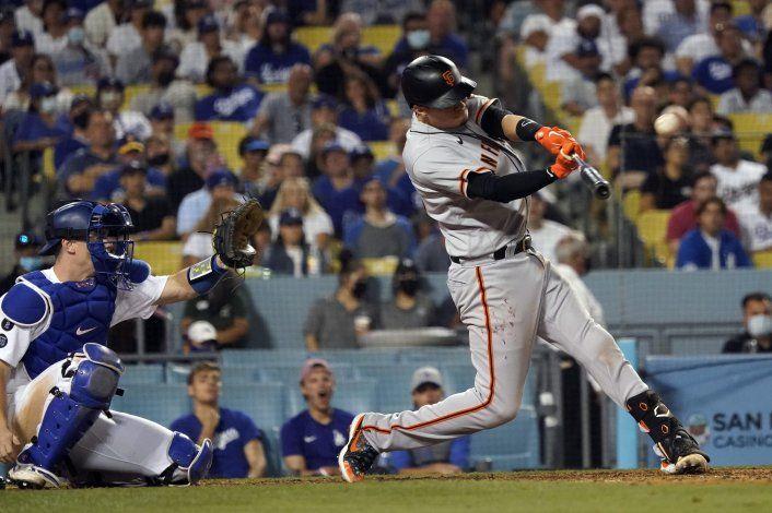 Gigantes ganan a Dodgers con un jonrón de Flores en el 9no