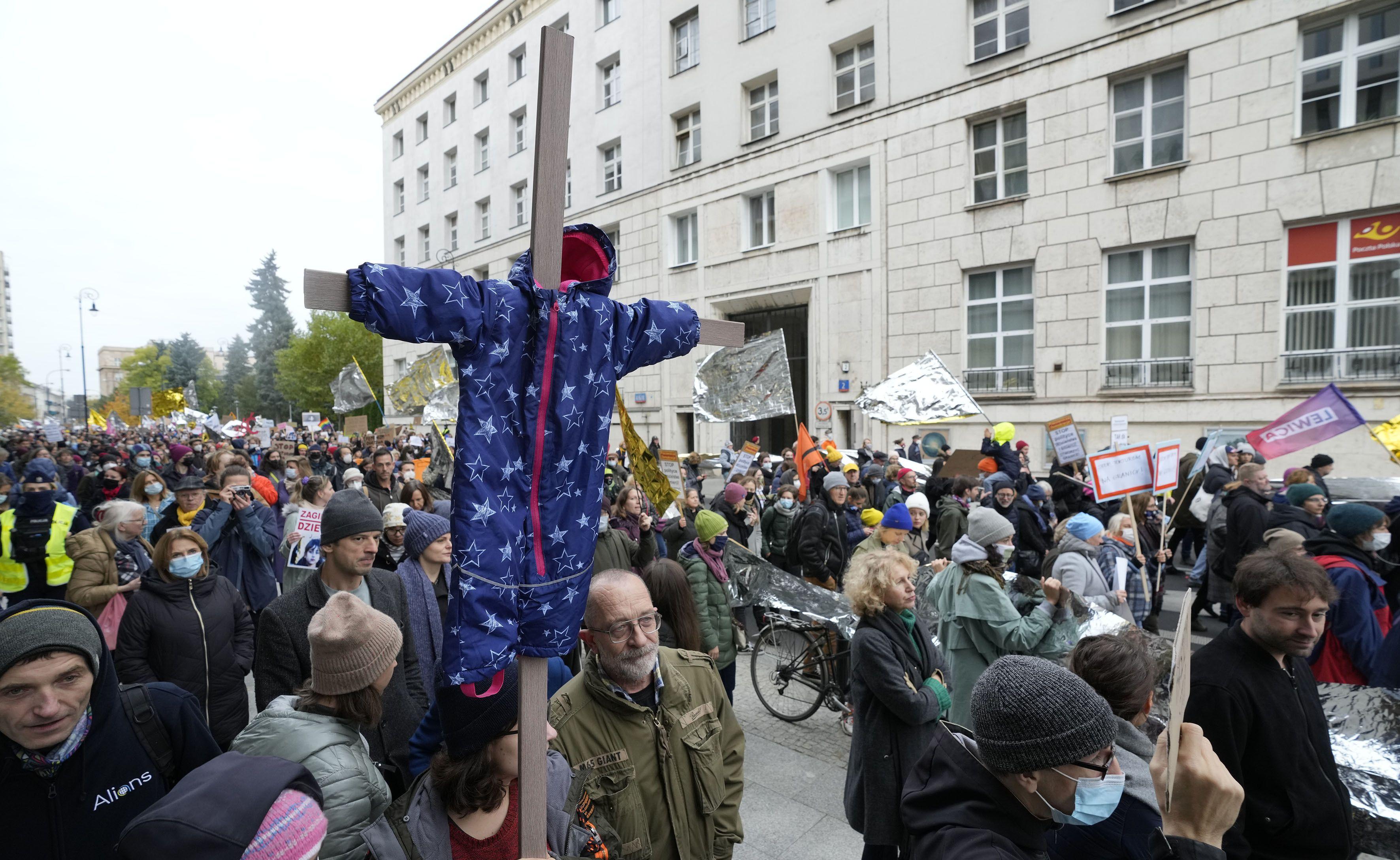 miles marchan en polonia en solidaridad con los migrantes