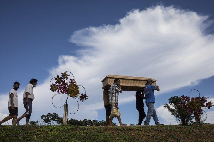 Autoridades entierran en secreto víctimas de COVID en Perú