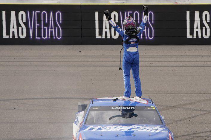Larson gana en Las Vegas, su 1er triunfo en NASCAR tras veto
