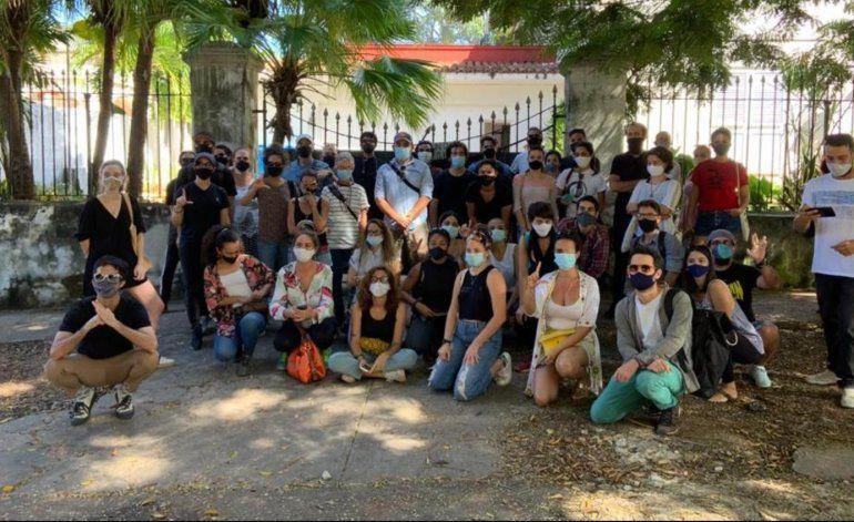 Más de 50 artistas cubanos se plantan frente al Ministerio de Cultura exigiendo dialogar con el ministro
