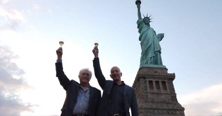 Jeff Bezos celebra su ascendencia cubana en la Estatua de la Libertad
